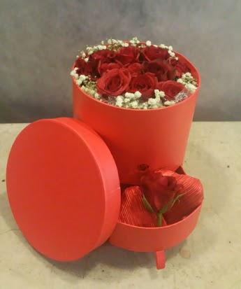 Çekmeceli kutu içerisinde çikolata ve güller