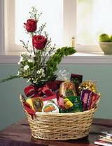Ulus Ankara online çiçekçi , çiçek siparişi  sepet te çikolata ve gül