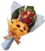 güller ve gerbera çiçekleri
