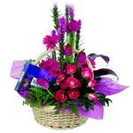 çikolata ve sepette çiçek