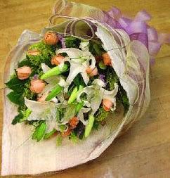 Ulus Ankara hediye sevgilime hediye çiçek  11 ADET GÜL VE 1 ADET KAZABLANKA