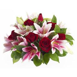 güller ve kazablnaklardan aranjman  Ulus Ankara İnternetten çiçek siparişi