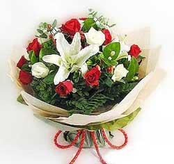 güller ve kazablanklardan görsel bir buket  Ulus Ankara hediye sevgilime hediye çiçek