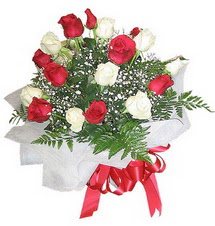 12 adet kirmizi ve beyaz güller buket