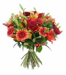 3 adet kirmizi gül ve karisik kir çiçekleri demeti