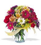 cam yada mika vazo içerisinde karisik kir çiçekleri