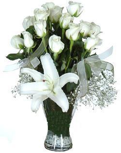 cam içerisinde 11 beyaz gül ve 1 kazablanka  Ulus Ankara anneler günü çiçek yolla