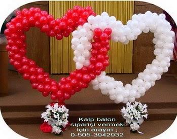 beyaz ve kirmizi sevenlerin kalp balon süslemesi