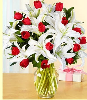 Ulus Ankara anneler günü çiçek yolla  3 kazablanka 10 kırmızı gül vazosu