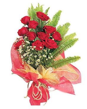 11 adet kırmızı güllerden buket modeli
