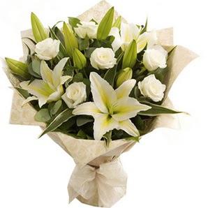 Ulus Ankara İnternetten çiçek siparişi  3 dal kazablanka ve 7 adet beyaz gül buketi