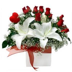 Ulus Ankara 14 şubat sevgililer günü çiçek  1 dal kazablanka 11 adet kırmızı gül vazosu