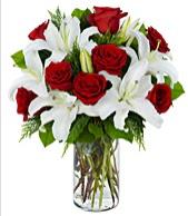 Vazoda görsel çiçek tanzimi gül kazablanka  Ulus Ankara 14 şubat sevgililer günü çiçek