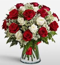 Vazoda 12 kırmızı 12 beyaz gül tanzimi  Ulus Ankara online çiçekçi , çiçek siparişi