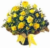 Sari gül karanfil ve kir çiçekleri