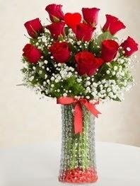Cam vazoda 11 adet kırmızı gül kalp çubuk  Ulus Ankara güvenli kaliteli hızlı çiçek