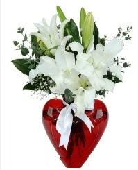 Kalp vazoda 3 kazablanka çiçeği