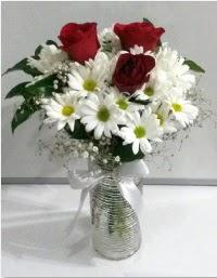 cam vazoda 3 adet kırmızı gül ve papatyalar  Ulus Ankara hediye sevgilime hediye çiçek