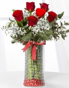 5 adet kırmızı gül kalp çubuk cam vazoda