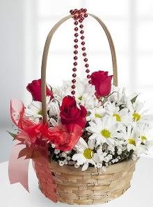 sepette 3 gül ve krizantem çiçekleri