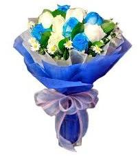 5 mavi gül 6 beyaz gülden buket  Ulus Ankara İnternetten çiçek siparişi