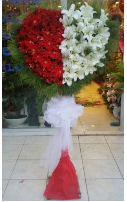 Özel üstü özel kalp çiçek tanzimi