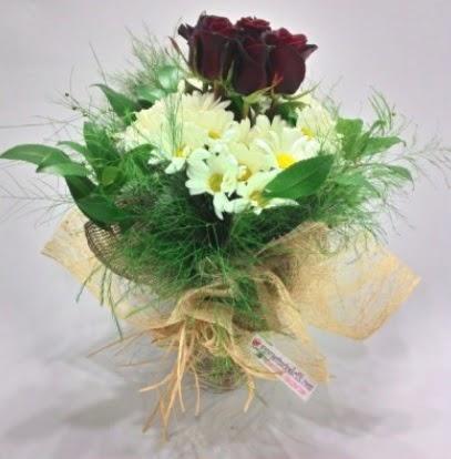 5 adet kırmızı gül ve kırızantem buketi  Ulus Ankara güvenli kaliteli hızlı çiçek
