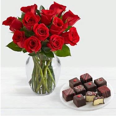 Cam vazoda 12 kırmızı gül el yapımı çikolata