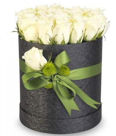 27 adet beyaz gülden görsel kutu çiçeği  Ulus Ankara çiçek online çiçek siparişi