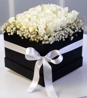 Kare kutuda 19 adet beyaz gül  Ulus Ankara güvenli kaliteli hızlı çiçek