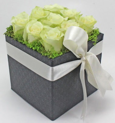 9 adet beyaz gülden özel kutu çiçeği  Ulus Ankara anneler günü çiçek yolla